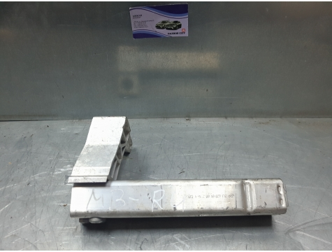 Кронштейн радиатора левый W213