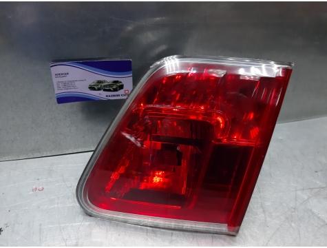 Фонарь в крышку багажника Toyota Avensis 3